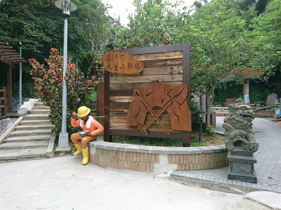 入口設置仿燒杉桌椅以及鋼板雕飾入口意象。(許哲瑗攝)