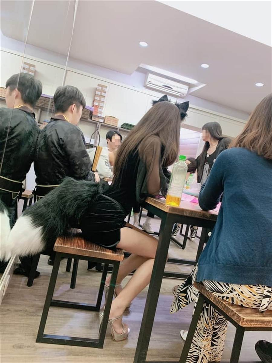 PO主變身黑色小狐狸 姣好身材網友凍未條(圖/摘自爆廢公社二館)