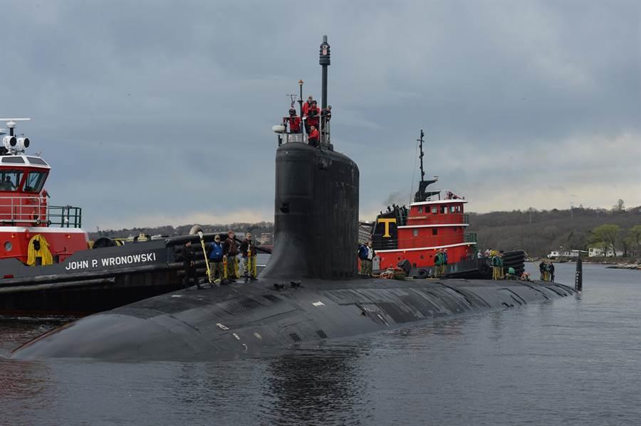 美國維吉尼亞級核動力攻擊潛艦「約翰•華納」號(John Warner,SSN 785)4月15日抵達康乃狄克州新倫敦海軍潛艇基地(Naval Submarine Base New London)的畫面。(美國海軍)