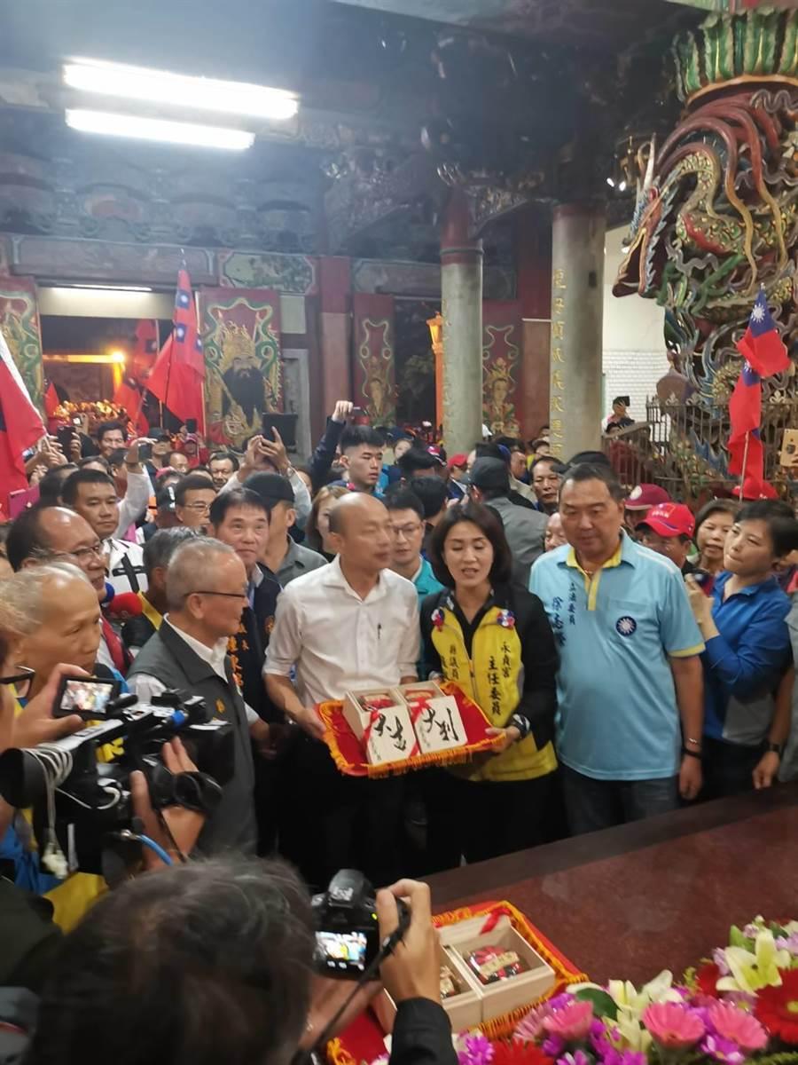 國民黨總統參選人韓國瑜傾聽之旅,5日到苗栗走訪,第7場至頭份市永貞宮參拜。(謝明俊攝)