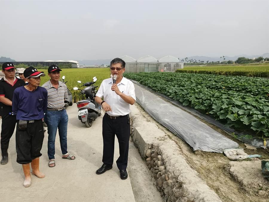 總幹事蕭忠郁希望透過室外授課,農友能更深入了解。(張晉銘攝)