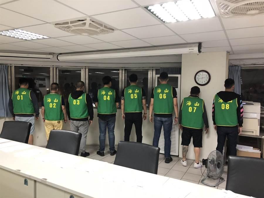 警方逮捕9嫌到案。(翻攝照片/葉書宏新北傳真)