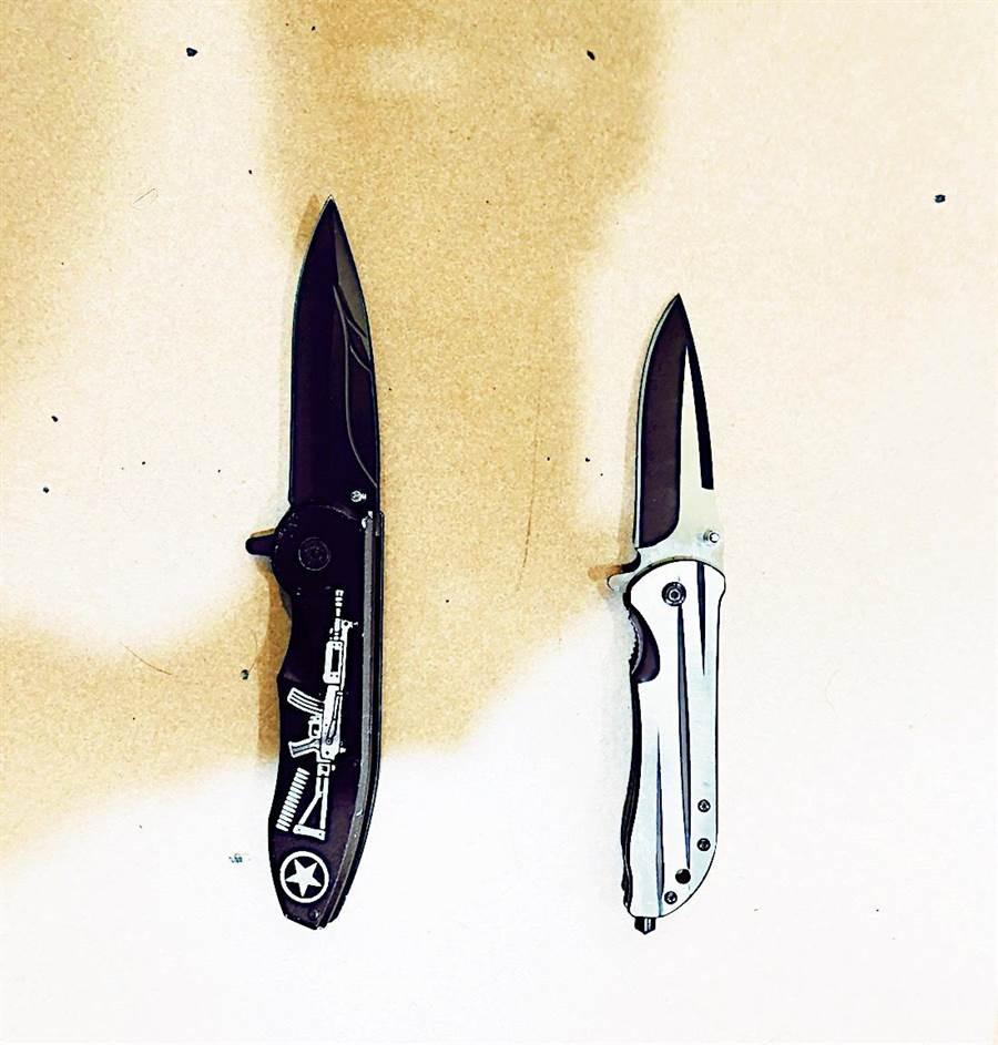 警方查扣犯案武器鋁棒7枝、折疊刀2把。(翻攝照片/葉書宏新北傳真)