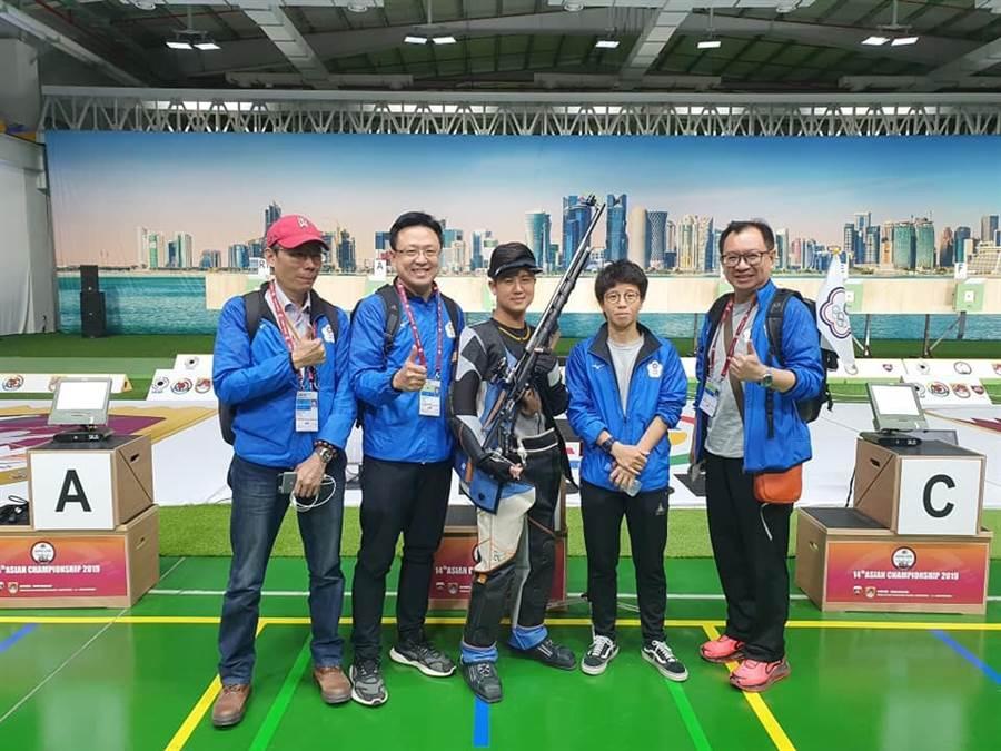 呂紹全(中)在亞洲射擊錦標賽獲得第5名,雖無緣搶到獎牌,但順利拿到東京奧運參賽資格。(呂紹全提供/陳筱琳傳真)