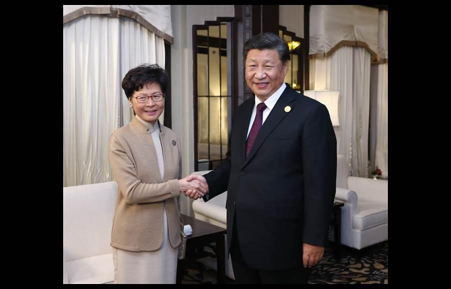 大陸國家主席習近平4日晚間在上海臨時會見香港特首林鄭月娥,習近平並告訴林鄭月娥,「中央對你是高度信任的」。(新華社)