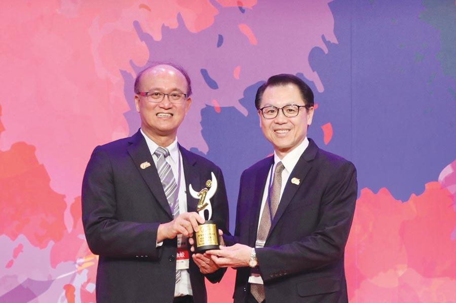 華南銀行榮獲「運動企業認證」殊榮,由教育部次長林騰蛟(左)頒獎,華南商業銀行副總經理黃俊智(右)代表領獎。圖/華南銀提供