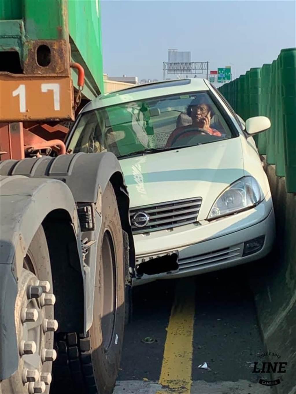 大媽遭大車夾在護欄上,表情超淡定網友震驚。(照片來源:臉書社團《八卦村 - 行車紀錄器影片上傳中心》)