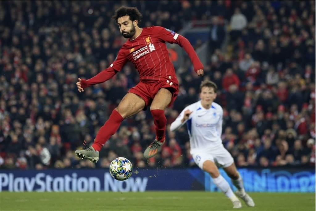 利物浦前鋒薩拉躍起盤球。(美聯社)