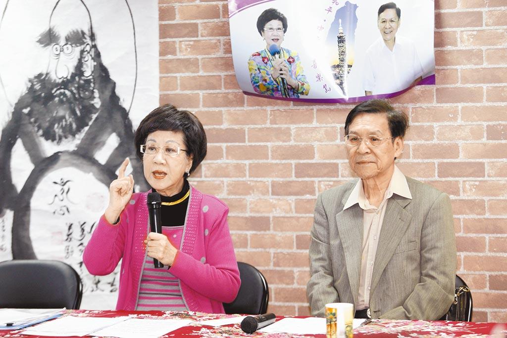 參選2020的前副總統呂秀蓮(左)與副手彭百顯(右),5日召開記者會指出,連署過程中「有人收購連署書」,表示自己「就像又遭遇了一次319」。(張鎧乙攝)