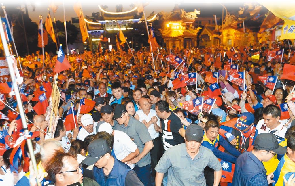 國民黨總統參選人韓國瑜傾聽之旅,5日傍晚抵達頭份永貞宮,現場人山人海。(黃國峰攝)