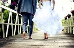 踩瓦裙拉太高 新娘三角地帶看光光