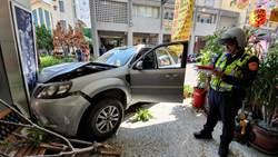 血糖低惹的禍! 轎車撞機車再衝民宅撞歪廊柱