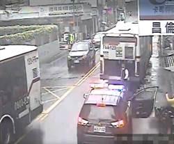 員警開車門不慎 導致後方騎士撞上受傷