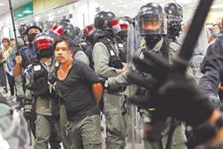 V怪客遊行抗議 警水炮趕人