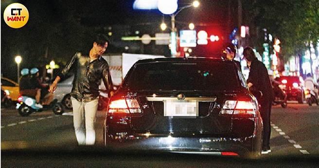 李聖傑開車行經羅斯福路,衰遭三寶擦撞,同車的經紀人米雪立刻下車幫忙處理。(圖/本刊攝影組)