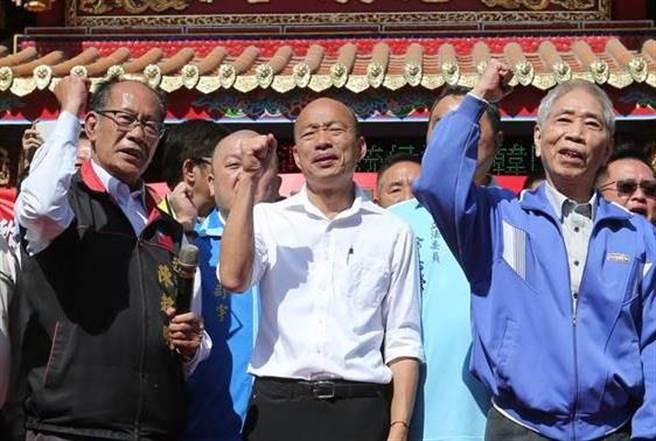 國民黨立委參選人陳超明(左)、韓國瑜(中)、深綠前議員、民進黨大老蔡銘雄(右)也來支持韓國瑜。(圖/黃國峰攝)