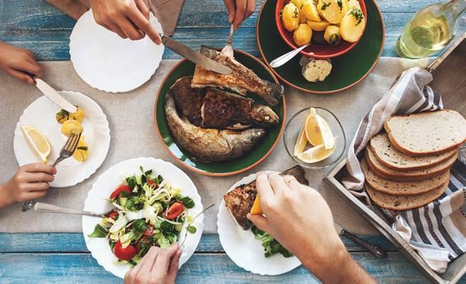 吃什麼不會得大腸癌?醫:每周吃2~3份魚。(達志)