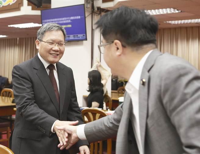 財政部長蘇建榮(左)6日指出,中美貿易戰使產業有很大的轉變,長遠來看對台灣是正面的。(張鎧乙攝)