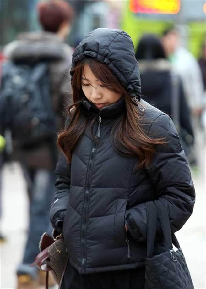 圖為強烈大陸冷氣團來襲,民眾穿羽絨外套禦寒。(本報系資料照片)