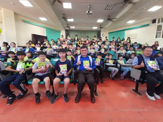 頭份視障歌手鍾興叡捐出100本自己新作給頭份信義國小等4所學校。〔謝明俊攝〕