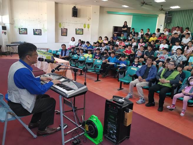 鍾興叡以歌唱方式帶動勵志講座。〔謝明俊攝〕