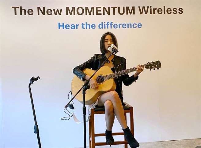 Sennheiser在第三代MOMENTUM Wireless無線耳機體驗會中,邀請陳忻玥前來表演。(黃慧雯攝)