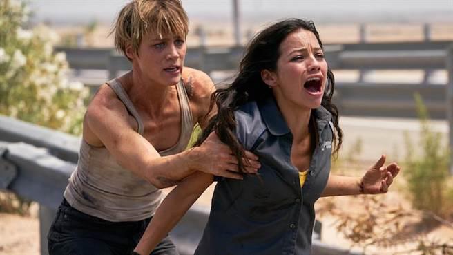這次還加入了麥坎西黛維斯飾演的強化人戰士「葛蕾絲」,以及哥倫比亞新星娜塔莉亞雷耶斯飾演的「丹妮」。(福斯提供)