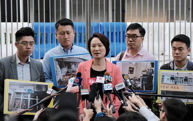 香港民建聯與署理行政長官張建宗會面,反映近日多宗針對區議會選舉參選人的暴力事件,要求特區政府採取具體措施,確保公平、公正、安全的選舉。圖為民建聯主席李慧琼(中)。(圖/中新社)