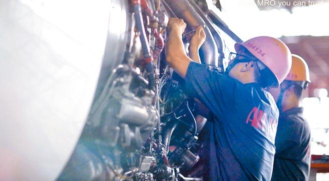 亞航擁有高素質及豐富經驗的維修人員,如期如質達成維修任務,深獲客戶肯定。圖/亞航公司提供