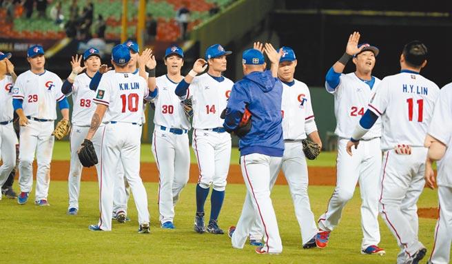 世界棒球12強賽5日中華出戰波多黎各,中華隊終場以6:1擊敗波多黎各,球員互相擊掌慶祝勝利。(鄭任南攝)
