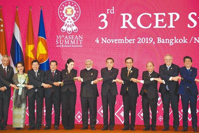 台灣對影響世界貿易的兩大貿易組織CPTPP與RCEP不得其門而入。圖為中國國務院總理李克強、印度總理莫迪等人在曼谷出席第三次「區域全面經濟夥伴關係協定」(RCEP)領導人會議。(法新社)