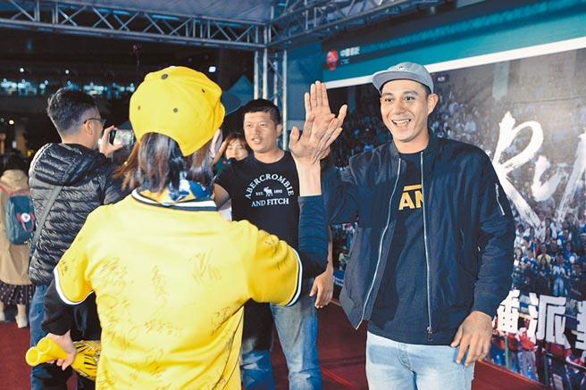 中國信託一連三天於中國信託金融園區舉辦「世界12強直播派對」,圖為中信兄弟球員陳江和(左)、曾陶鎔(右)到場與球迷熱情擊掌為中華隊集氣。(中信金控提供)