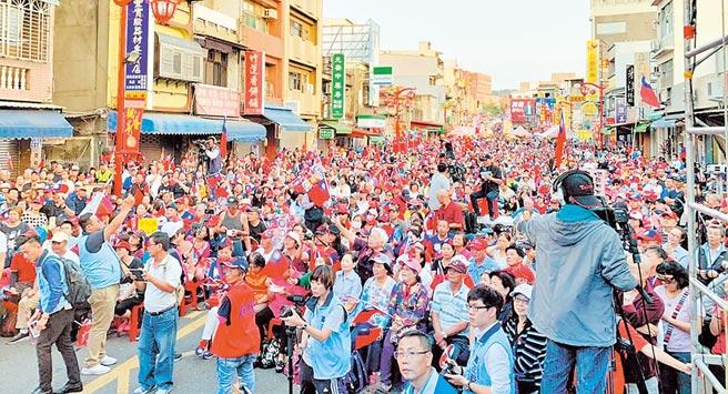 10月26日在新竹市竹蓮寺舉辦的超越藍綠,庶民起義活動,韓國瑜沒來照樣滿場。(本報系資料照片)