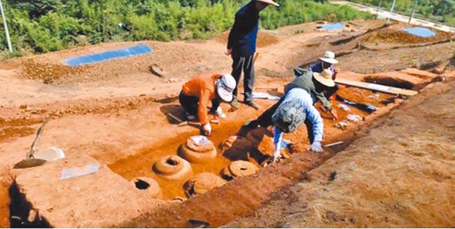 考古人員清理龍山墓群器物坑。(取自安吉發布微信公眾號)