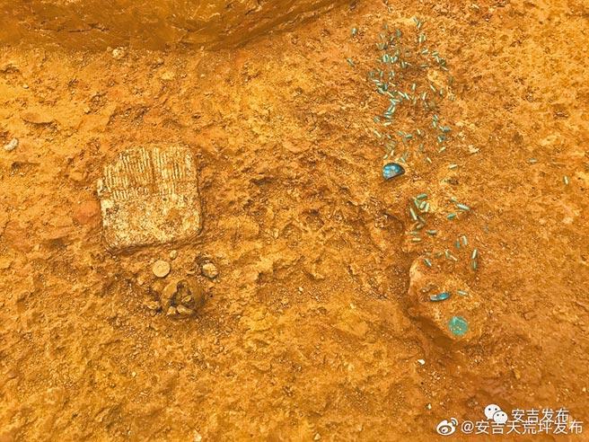 龍山墓群出土的綠松石串飾等飾物。(取自安吉發布微信公眾號)