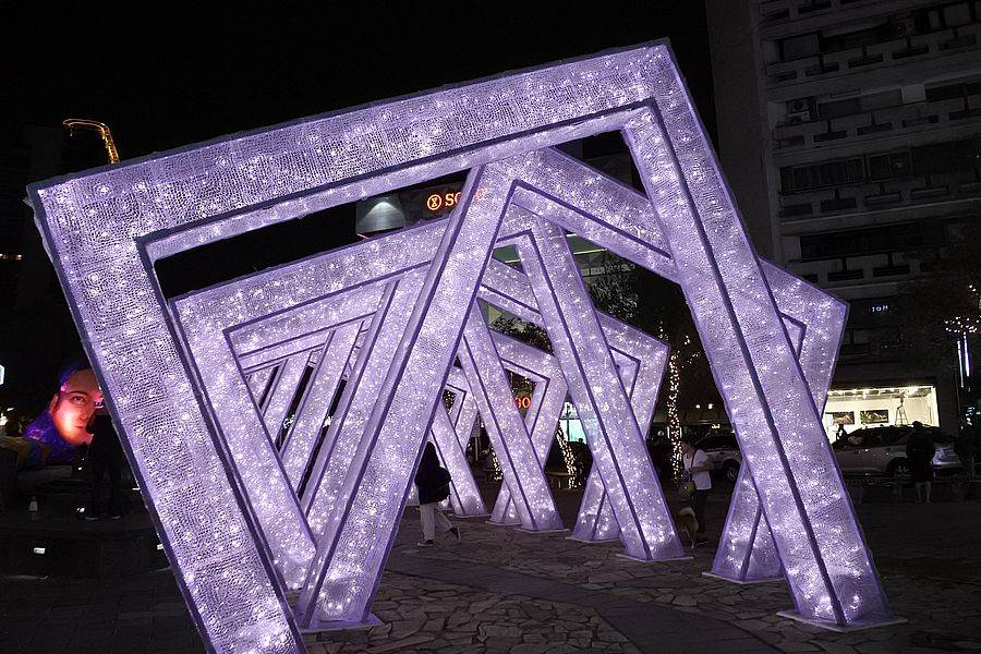 龍門廣場前也有層層堆疊的的藝術裝置門,夜間打燈更夢幻。(林宜靜 攝)