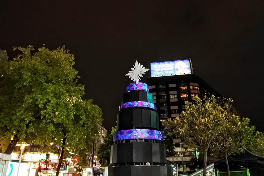 頂好廣場前的巨型耶誕樹。(林宜靜 攝)