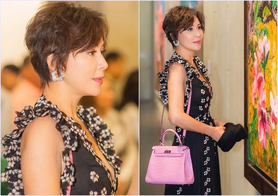 劉嘉玲參加畫展就穿了Giambattista Valli為H&M設計的聯名繡花深V洋裝出席。(圖/劉嘉玲IG)