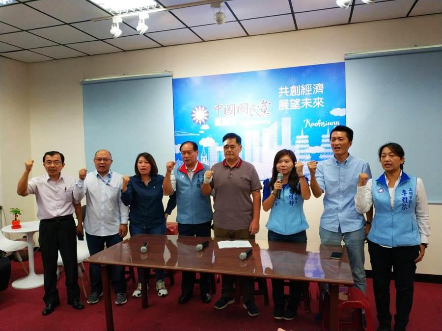 針對上月底高巿議會流血衝突,國民黨團6日聲援同黨議員劉德林(右四)。(曹明正攝)