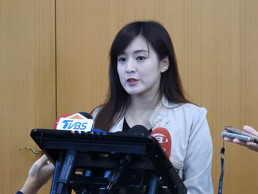 韓國瑜總部發言人何庭歡,要求民進黨把話吞回去。(黃福其攝)