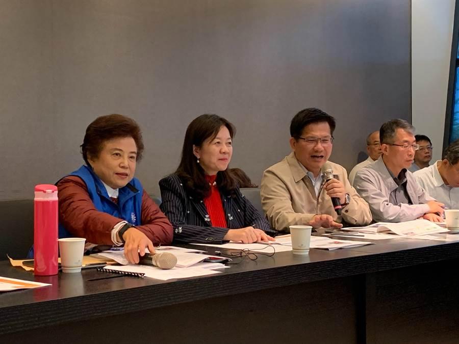 外傳交通部長林佳龍(左三)考察台中交通建設,將為選舉考量釋放大利多,他澄清建設不分黨派。(林欣儀攝)