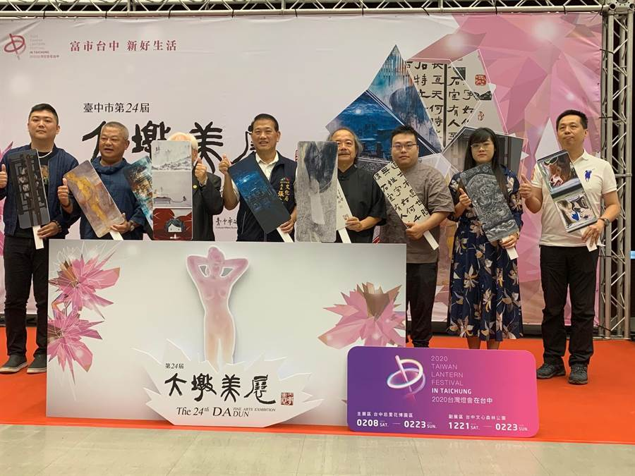 台中市文化局長張大春(右5)等人為今年的大墩美展揭開序幕。(台中市文化局提供/陳淑芬台中傳真)