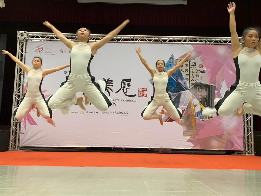 「台中市大墩美展」記者會,以現代舞開場。(台中市文化局提供/陳淑芬台中傳真)