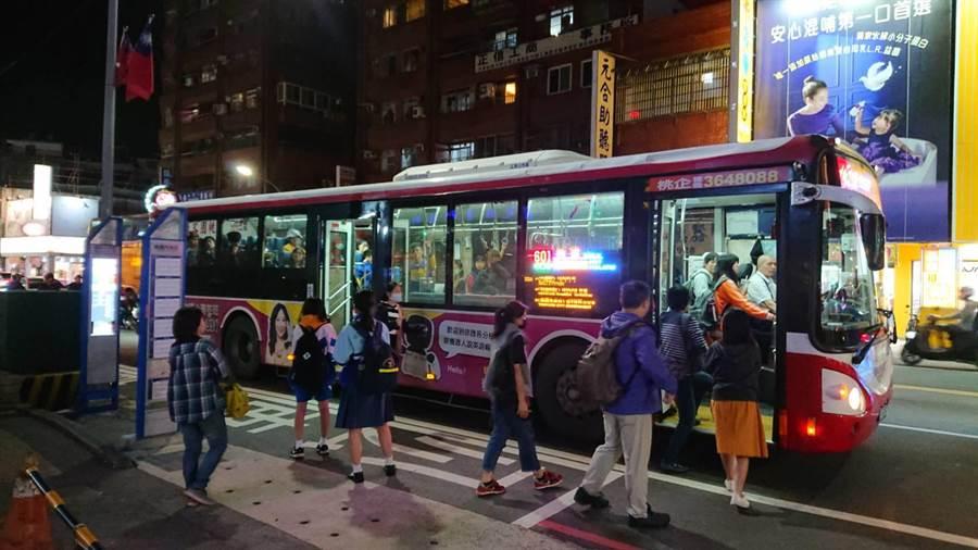 市議員陳治文認為公車前後門開啟比例偏低,耽擱上下車時間。(市議員陳治文提供/甘嘉雯桃園傳真)