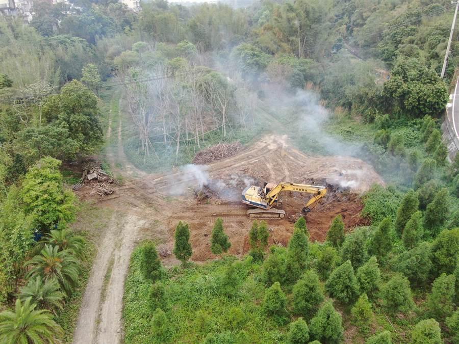 露天燃燒易造成空汙,圖為位於頭屋鄉的個案,燃燒物為樹枝。(苗栗縣環保局提供/巫靜婷苗栗傳真)