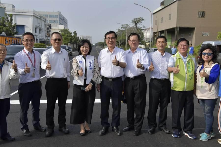 副市長李四川肯定施工團隊同時完成道路刨鋪及箱涵損壞修復的專業。(高市工務局提供/袁庭堯高雄報導)