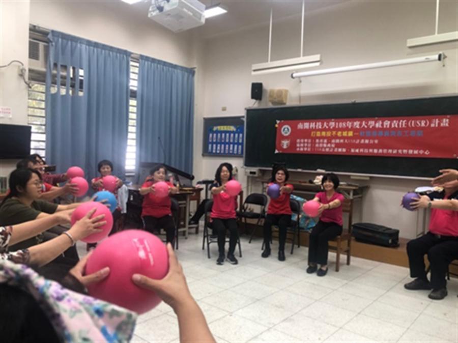 學員們在輕鬆愉悅的氛圍下,學會音樂照護技巧。(南開科技大學提供/張晉銘南投傳真)