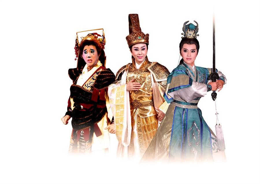 《大河彈劍》由資深班底孫翠鳳(中)、陳勝在(左)與新生代演員李郁真(右)同台飆戲,飾演義結金蘭的三位少年英雄。(明華園總團提供/李欣恬台北傳真)
