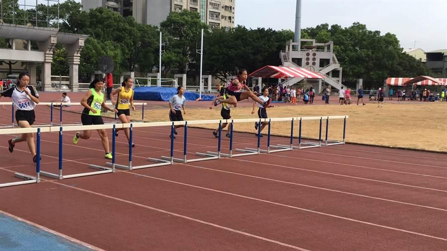 鍾睿真(粉色衣)在縣運國女組400M跨欄雙破大會和縣內紀錄。(草屯國中提供/張晉銘南投傳真)