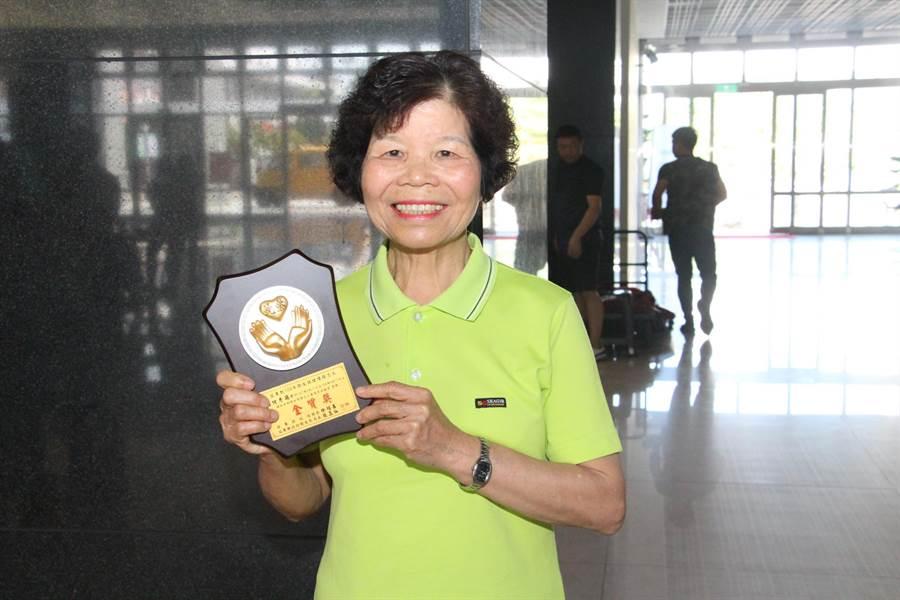 西湖衛生所志工胡何秀蘭,服務資歷16年,榮獲金質獎肯定。(何冠嫻攝)